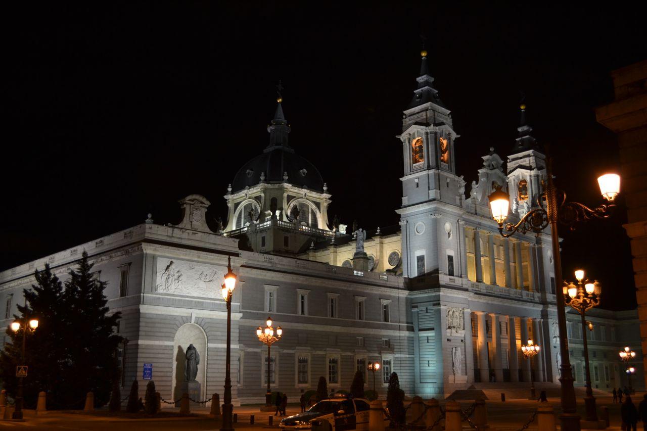 Catedral_de_la_Almudena_funkloch_Madrid