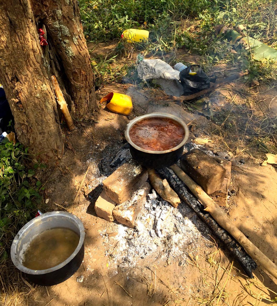 Kochen-ueber-Feuer-Uganda-Uganda