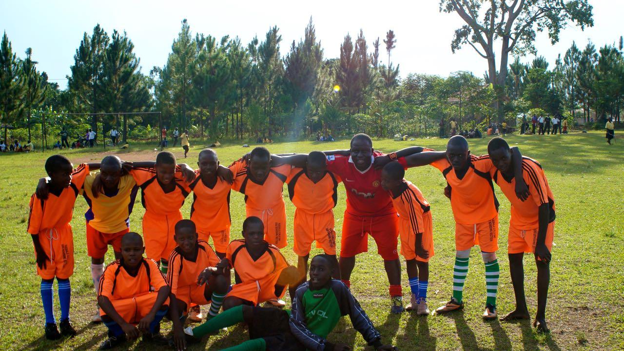Team Parish Priest Fußballspiel in Uganda