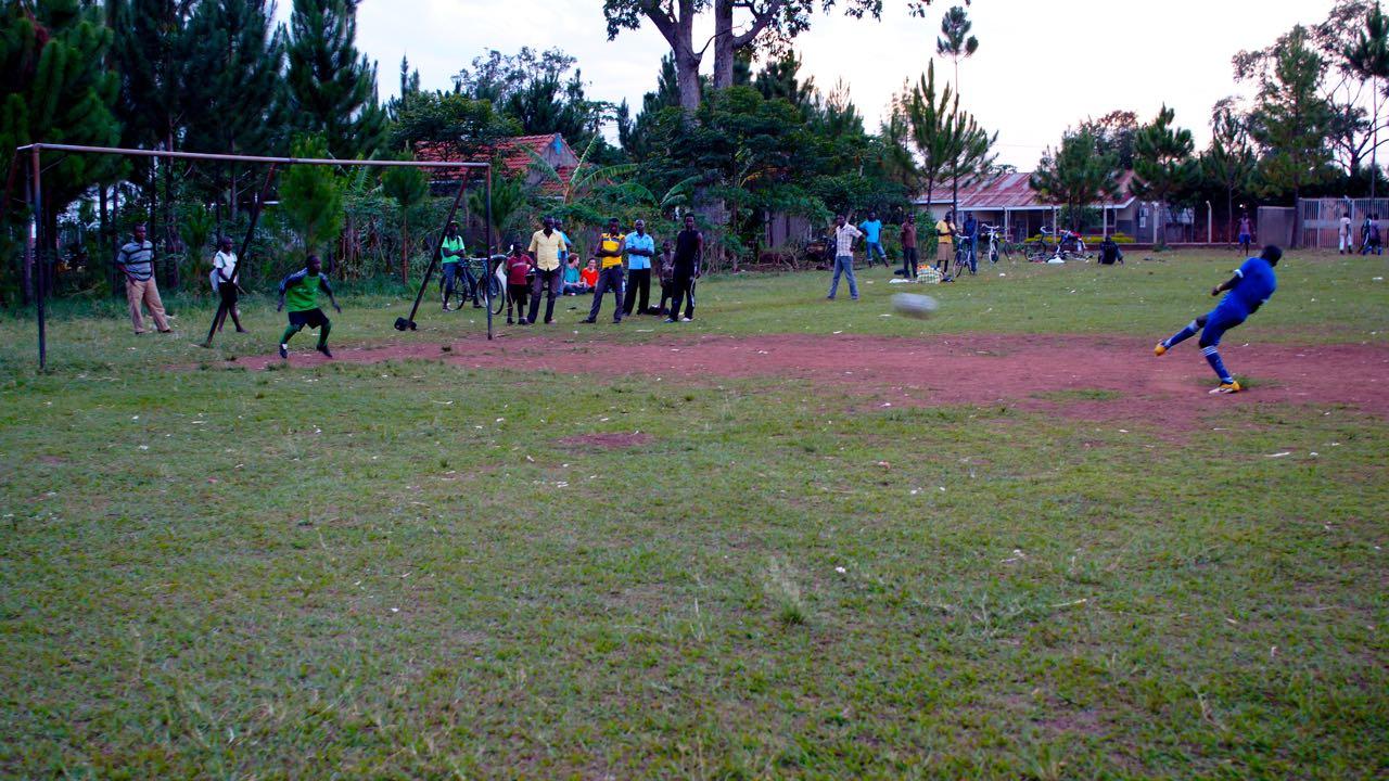 Elfmeter beim Fußballspiel in Uganda