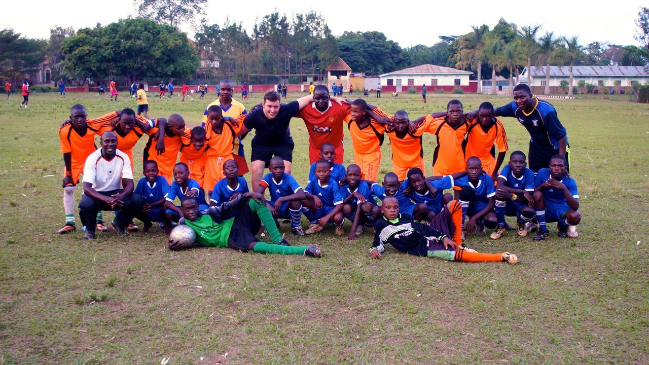 Ein Team beim Fußballspiel in Uganda