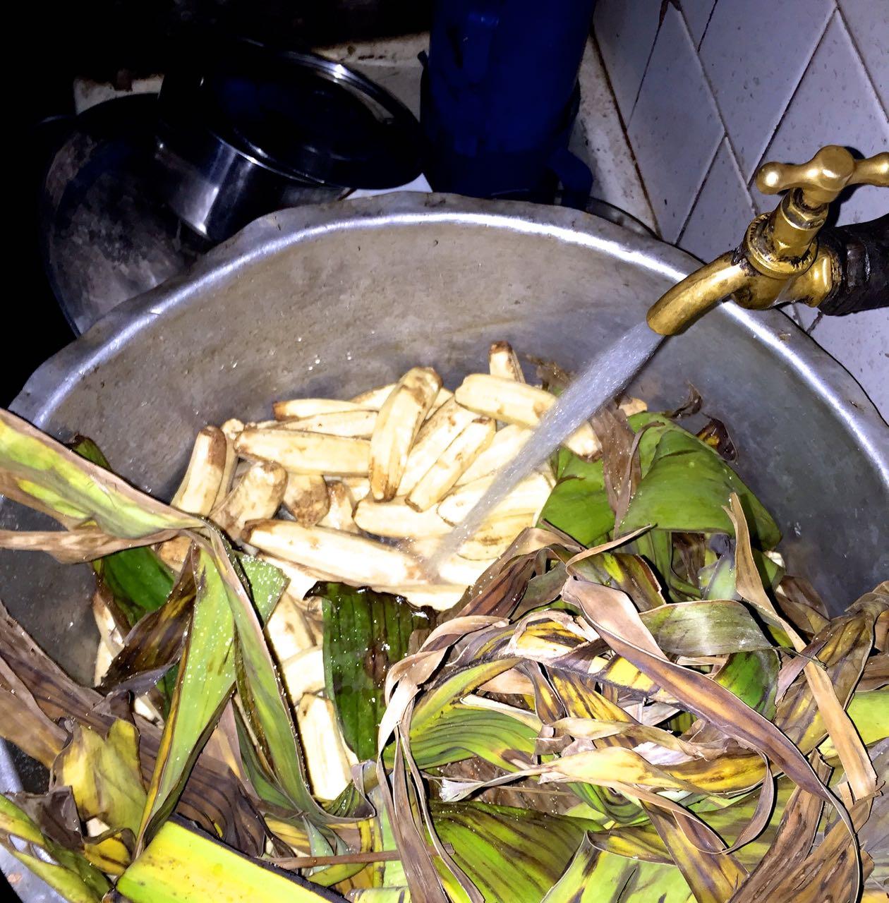 Topf voller Kochbananen für Matooke