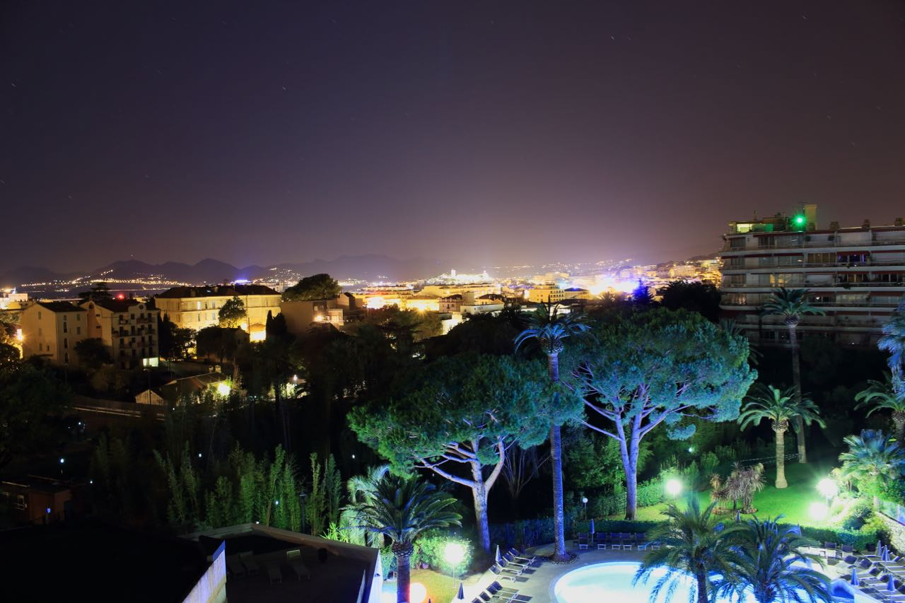 Cannes am Mittelmeer bei Nacht