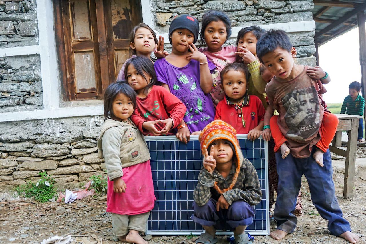 Kinder in Nepal mit Solarpanel