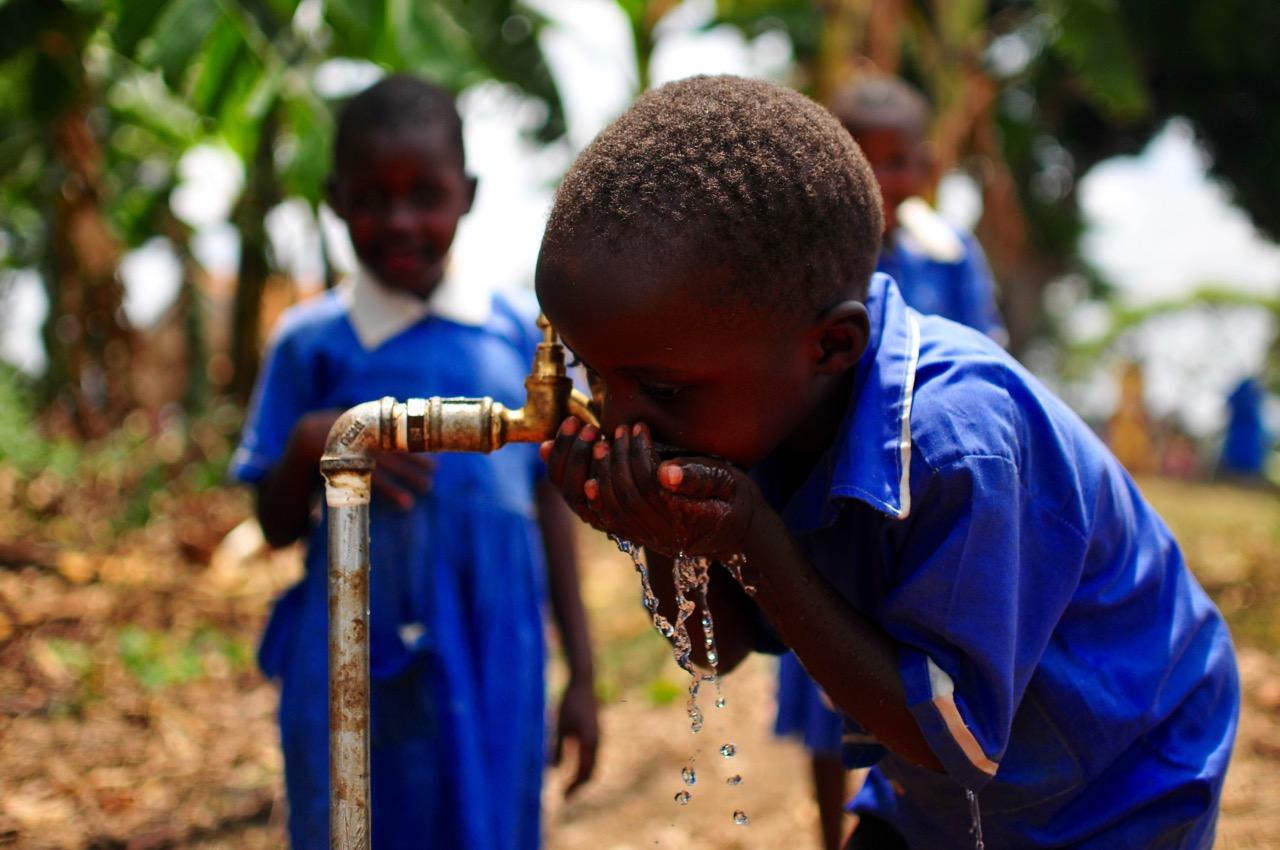 Kind-trinkt-Uganda