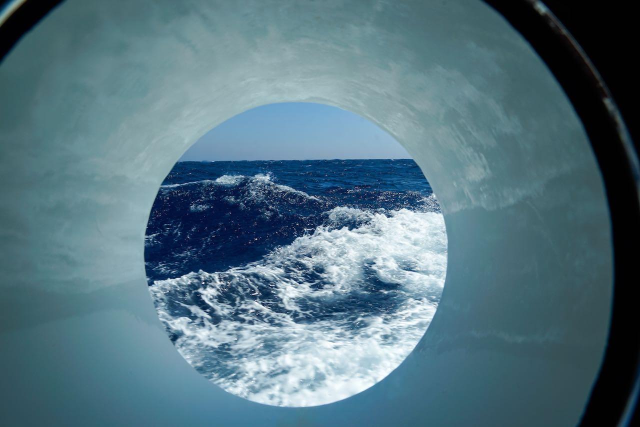 Wallen auf dem Meer durch Bullauge